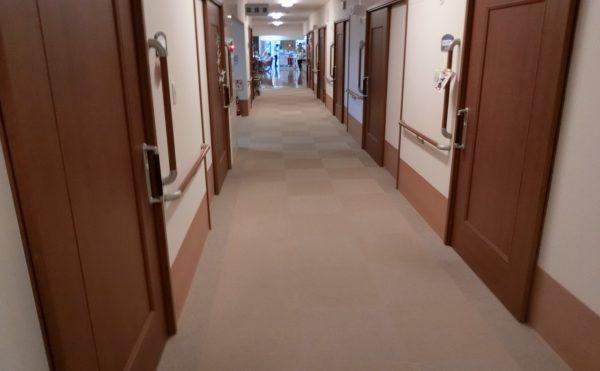 広い廊下  広い廊下には、随所に手すりを設置して安心して移動・歩行出来る様になっています。(アレンジメントケア裾野)