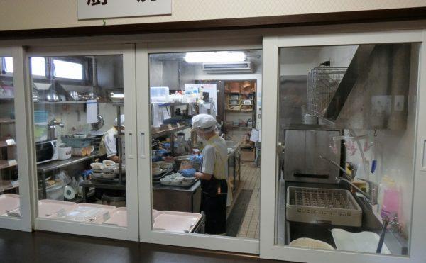 施設内の厨房 施設内に大きな厨房が完備されているので、出来立てを食べることができます。(アレンジメントケア裾野)