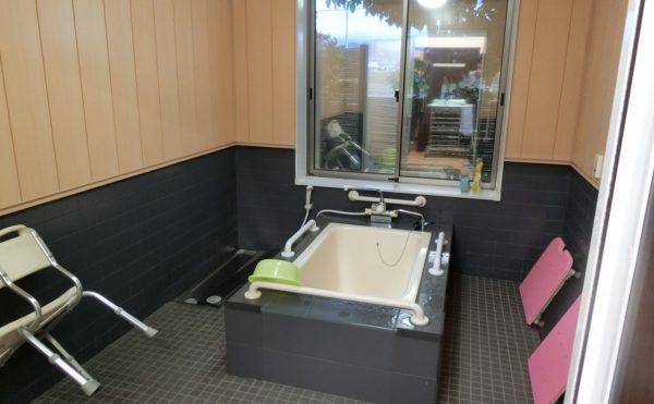 炭酸泉の個浴室 清潔感のある浴室で、世界遺産の富士山を眺めながら入浴することが出来ます。(アレンジメントケア裾野)