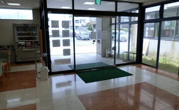 開放的な玄関 大きな扉が設置されていて、外履きのまま施設内に入っていけるので便利です。(ベストライフ御殿場)