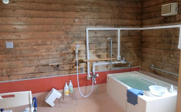 檜のお風呂 檜を壁材に利用して癒しを与えてくれる檜の香りのするお風呂になります。(ベストライフ御殿場)