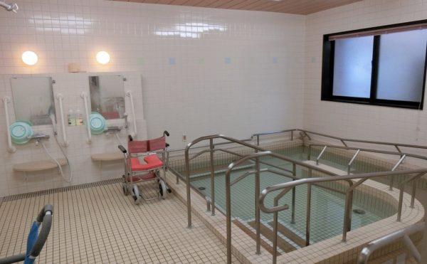 車イスのまま入れるお風呂 清潔感のある設備が整った浴室でスロープ・手すりが備わっています。(ベストライフ富士)