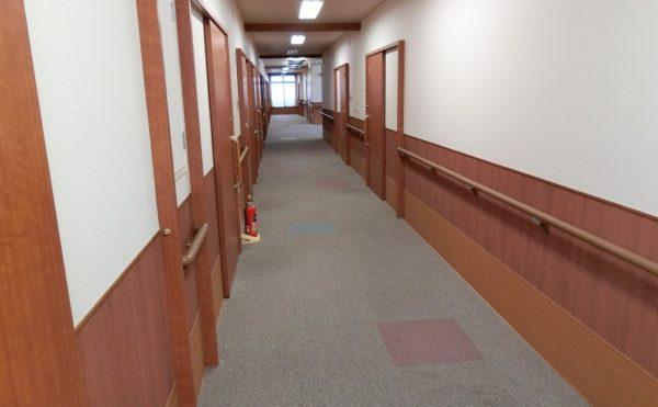 広い廊下 車イスがすれ違うことのできる広い廊下で両側に手すりが配置され安心利用する事が出来ます。(ベストライフ富士)