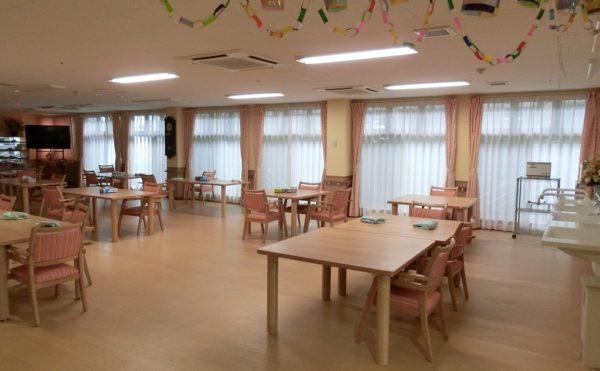 広々とした明るい雰囲気の食堂です。