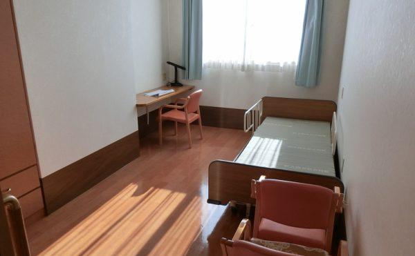全部屋個室 大きな窓が設置され開放感のある明るい居室で書斎カウンターが設置されています。(沼津ケアセンターそよ風)