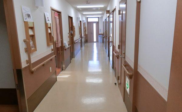清掃の行き届いた廊下 清潔感のある広い廊下で入居者様が安心して移動する事が出来ます。(沼津ケアセンターそよ風)
