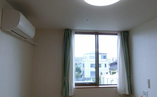 エアコン・カーテン・照明が備え付け 居室にはエアコンだけでなくカーテン・照明が常設されています。(ロータスケア緑ヶ丘)