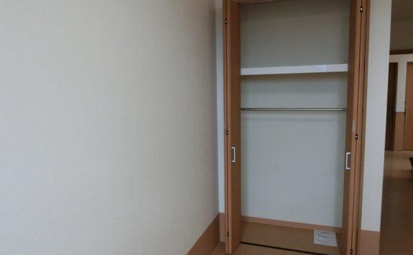 クローゼット 居室内には作り付けのクローゼットが設置されていて収納量が豊富で便利です。(ロータスケア緑ヶ丘)