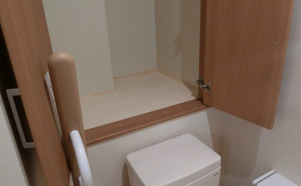トイレにも収納 トイレに大きめの収納があり、買い置きのトイレ用品をストックする事が出来ます。(ロータスケア緑ヶ丘)