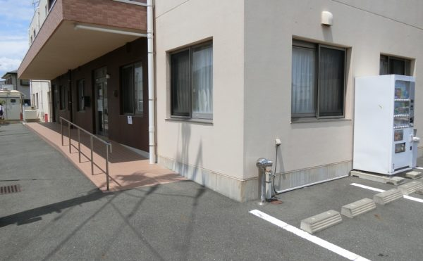 玄関スロープ エントランス玄関はスロープで、手すりを配置してバリアフリーになっています (ふるさとホーム沼津片浜)