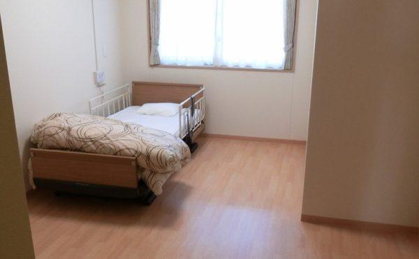 居室 ナチュラルな内装インテリアに大きな窓が設置されていて開放感抜群の居室になります。(富士山するがテラス)