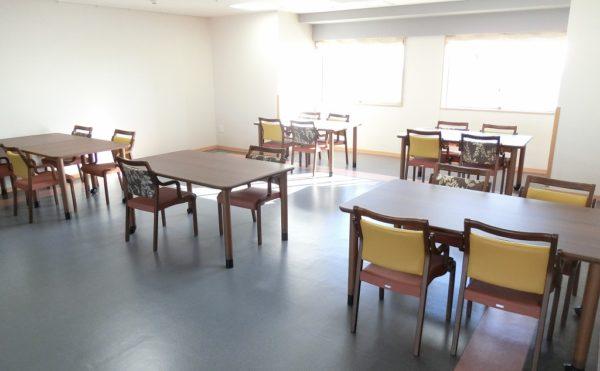 駿河湾側の食堂兼ダイニング 大きな窓が連続で設置されいて開放的で明るい食堂となります。(富士山するがテラス)