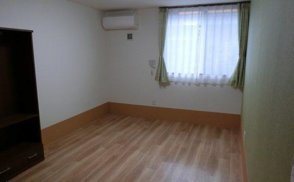 明るい壁紙の居室です。