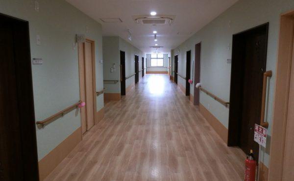 幅の広い廊下で各所に手すりが設置されています。