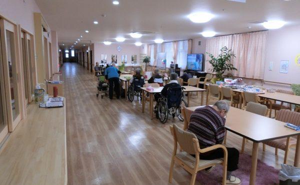 食堂兼機能訓練スペース。利用者様が部屋にこもらず、明るい雰囲気の笑顔溢れる場所です。(住宅型有料老人ホーム かつらぎの風)