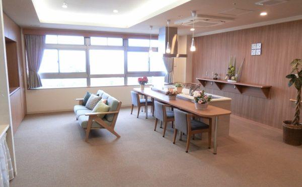 居室フロアのロビー① ロビースペースは大きな窓が全面配置されていて、広くて熱海の景色を楽しめます。(ミモザ熱海湯庵)