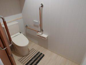 スペースが広いトイレ 清潔感があり、広いトイレ空間です。L型手すりも設置されて安心して利用できます。(ミモザ熱海湯庵)