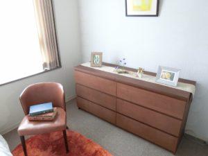 モデルルーム② 室内の内装インテリアにマッチした収納棚も備え付けで入居時が安心出来ます。(ミモザ熱海湯庵)