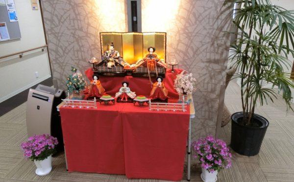 エントランス玄関に季節のイベント 写真は3月のエントランス玄関のお雛様が訪れた人をお出迎えします。(ミモザ熱海湯庵)