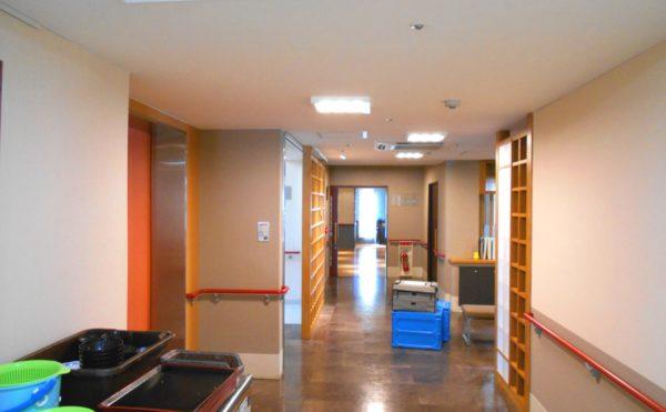広い廊下 開放的な廊下で手すりが設置されていて安心して歩行できます。(プレミアムハートライフ千代田)