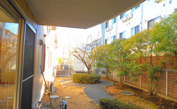 庭 一階の庭スペースには、様々な植物があり、室内から景観を楽しむことが出来ます。(プレミアムハートライフ千代田)