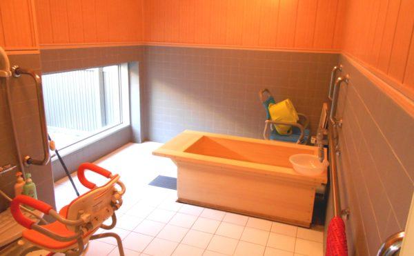 檜のお風呂 檜で作られた浴槽で、心身ともにリフレッシュ出来るお風呂になります。(プレミアムハートライフ千代田)