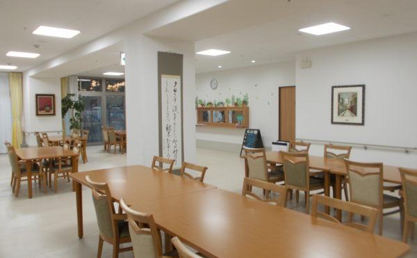 広い食堂① 大きな窓が配置されていて明るく開放的な食堂で毎日の食事をすることが出来ます。(ココファン静岡大和)