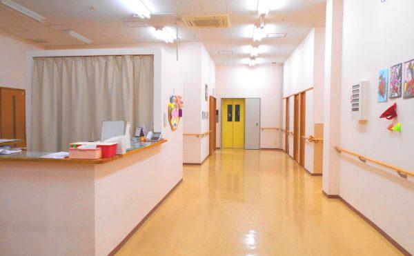 広い廊下 廊下幅が広く、両側には手すりが配置されていて安心して移動する事が出来ます。(ピュアライフ中田本町)
