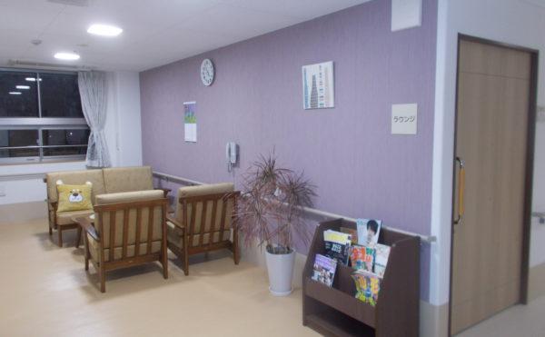 談話スペース 大きな窓があり、明るくて開放的な談話スペース。雑誌などのマガジンラックも用意。(ココファン静岡大和)