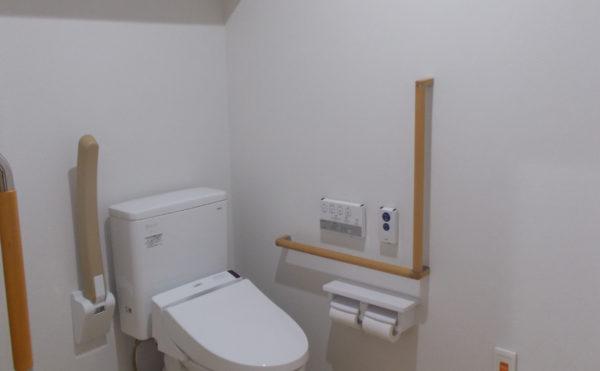 居室内のトイレ 広いトイレには、手すりが両側に設置されていて安心して利用する事が出来ます。(ココファン静岡大和)