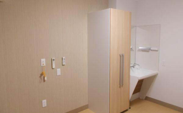 居室内の設備 造り付けの収納や清潔なホワイト色の洗面があり、安心して毎日過ごす事が出来ます。(ココファン静岡大和)