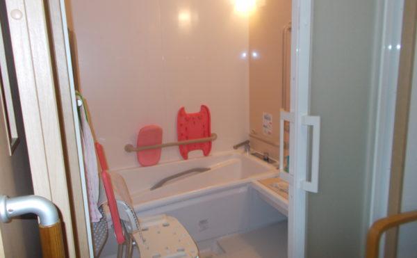 個浴 清潔感のある浴室で適所に手すりや椅子が配置されていて安心してご利用いただく事が出来ます。(あっとほーむ高松)
