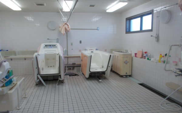 機械浴 入居者様の介護状態に合わせて、ご利用いただけるように機械浴室が準備されています。(あっとほーむ高松)
