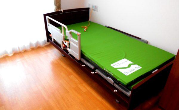 居室②  居室内のベッドは電動式ベッドで安心して利用する事が出来ます。(介護付有料老人ホームリフレア上土)