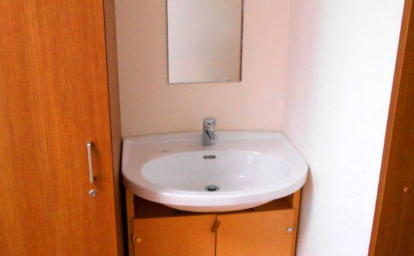 居室④ 居室内にはコーナー部に洗面が設置されているので安心してご利用できます。(介護付有料老人ホームリフレア上土)
