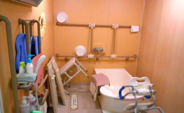 機械浴室 介護状態に合わせて安心して入浴できるようになっています。(介護付有料老人ホームリフレア上土)