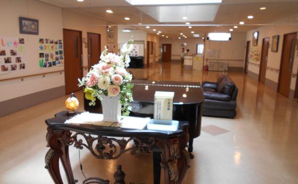談話スペース 居室間の真ん中のスペースには、広くてゆったりと出来る談話スペースが設けられています。(ウェル静岡)