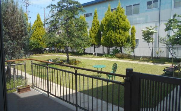 お庭 お庭には手入れされた芝が心地よく、シンボルツリーが配置されて、テラスでくつろぐことが出来ます。(ウェル静岡)