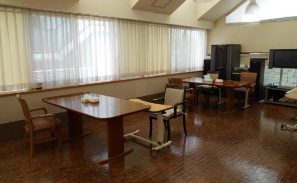 食堂② 食堂には大型テレビが設置されていて、くつろぎながら楽しく食事をすることが出来る空間になります。(ウェル静岡)