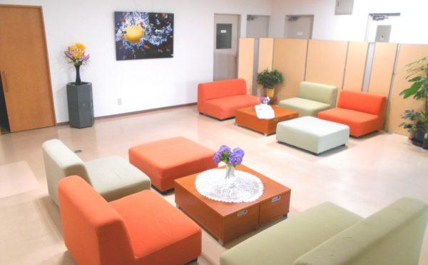 ロビースペース ロビースペースには裏庭で採れたお花やソファーセットがあり、くつろげる空間です。(ピュアライフ中田本町)