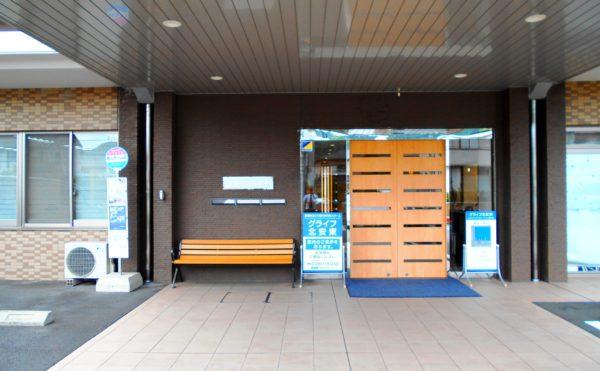 玄関 大きな屋根と大きな玄関扉・ベンチが設置されていて訪れる人を優しく迎えます。(グライフ北安東)