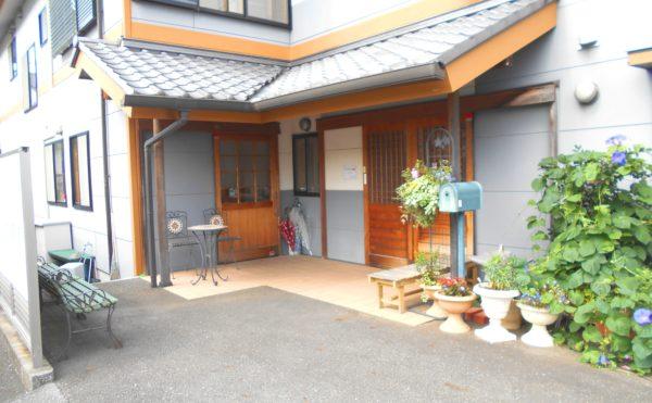 外観② 施設玄関は木製の玄関引き戸で、和モダンな外観が存在感のある建物になっています。(ライフサポート鎌田)