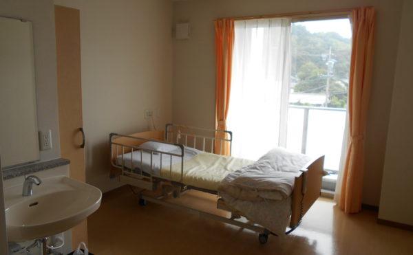 居室 大きな窓が設置されていて明るく開放的な空間で毎日を過ごすことが出来ます。(クオリティリビングおかりや)