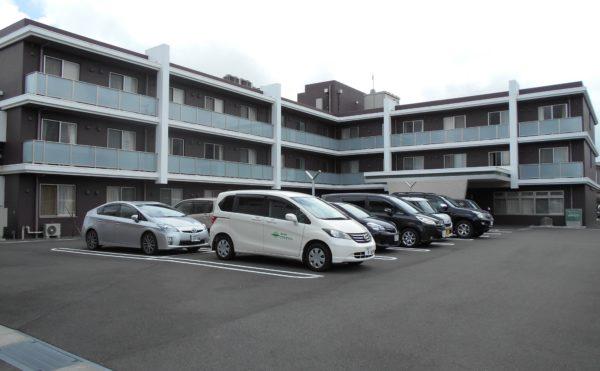 広々とした駐車場 きちんとアスファルト舗装がされ効率よく駐車計画されています。(クオリティリビングおかりや)