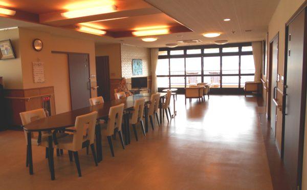 食堂 開放感のある明るい空間でお食事をすることが出来ます。(介護付き有料老人ホーム 庵原屋日和館)