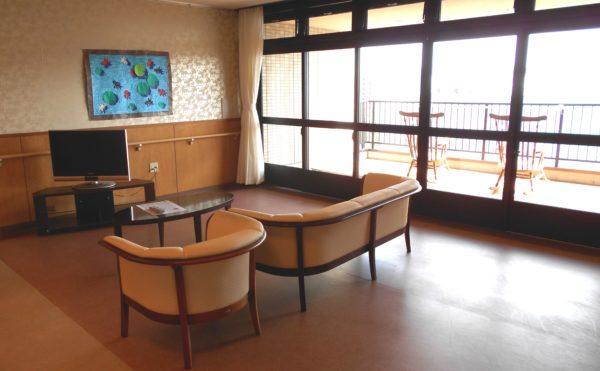 リビング 開放感のある大きな窓があり、外には眺望の良いベランダがあります。(介護付き有料老人ホーム 庵原屋日和館)
