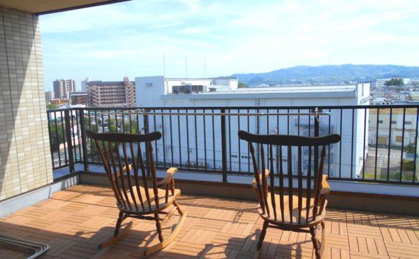 ベランダの眺望① チェアーに腰掛けて日本平の眺望を楽しむことが出来ます。(介護付き有料老人ホーム 庵原屋日和館)
