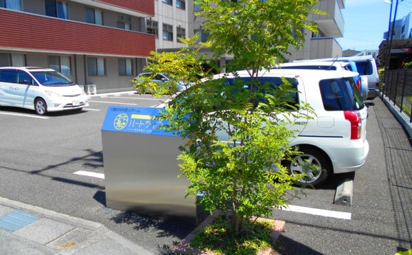 ネームプレート 前面道路からわかるようにネームプレートが設置されています。(プレミアムハートライフ大岩)