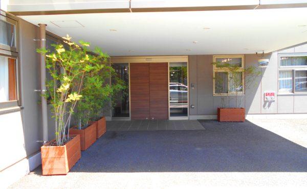エントランス玄関 エントランス玄関は開放的で大きく庇があるので雨の日の出入りにも安心です。(プレミアムハートライフ大岩)