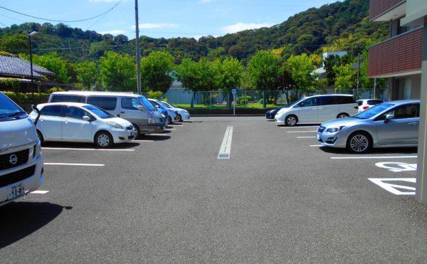 駐車場 駐車場はアスファルト舗装され、効率よく沢山の車が駐車できるようになっています。(プレミアムハートライフ大岩)